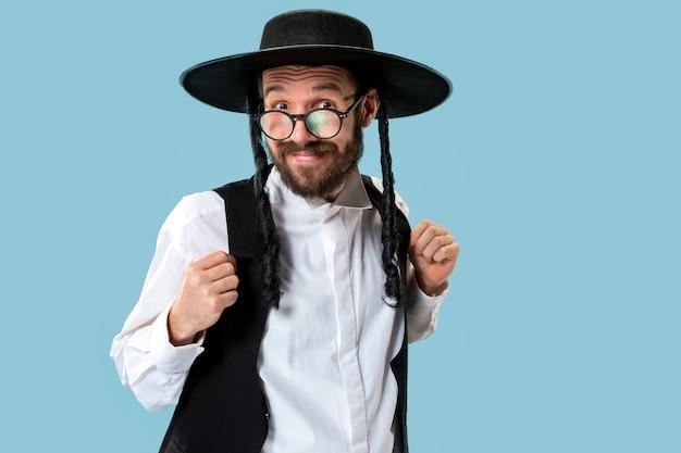 Porträt eines jungen orthodoxen jüdischen hasdim-mannes