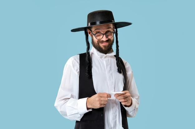 Porträt eines jungen orthodoxen jüdischen mannes mit wettschein an