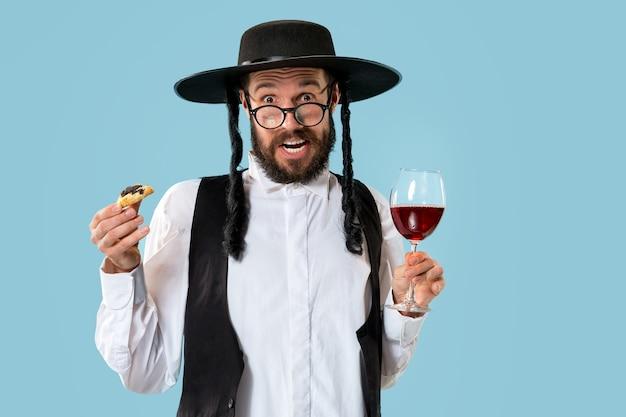 Porträt eines jungen orthodoxen jüdischen mannes während des festivals purim.