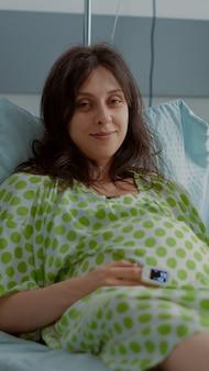 Porträt eines jungen paares, das im krankenhaus auf die geburt wartet
