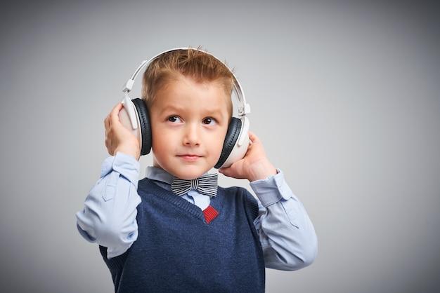 Porträt eines jungen posiert über weiß mit kopfhörern