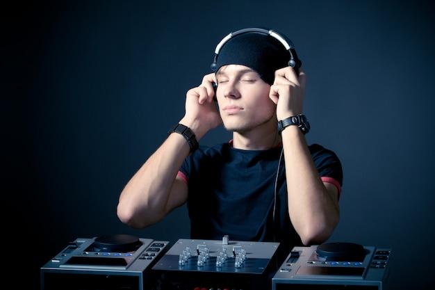 Porträt eines jungen professionellen djs