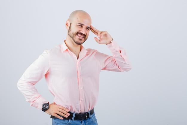 Porträt eines jungen selbstbewussten mannes