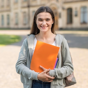 Porträt eines jungen studenten, der glücklich ist, wieder an der universität zu sein