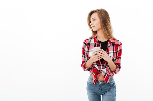 Porträt eines jungen süßen mädchens im karierten hemd