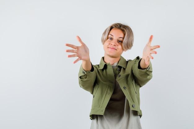 Porträt eines jungen teenagers, der die arme zur umarmung im t-shirt öffnet
