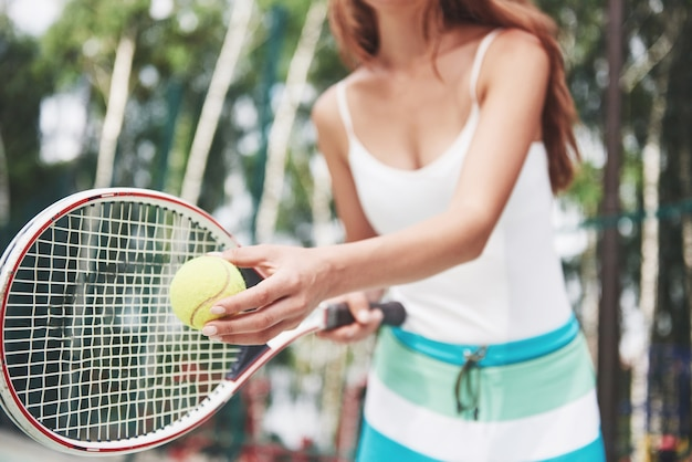 Porträt eines jungen tennisspielers, der bereit für einen aufschlag steht.