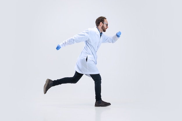Porträt eines jungen wissenschaftlers, chemikers oder arztes führt chemische forschung im pharmazeutischen labor durch.