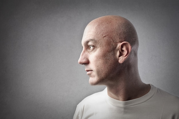 Porträt eines kahlen mannes