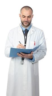 Porträt eines kaukasischen doktorschreibens merkt sich über einen ordner.