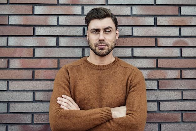 Porträt eines kaukasischen gutaussehenden mannes, der ernsthaft die stirn runzelt. emotionales gesichtskonzept.