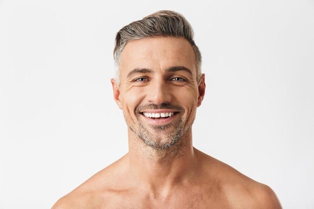 Porträt eines kaukasischen halbnackten mannes 30er jahre mit borstenlächeln isoliert auf weiß