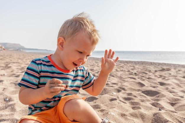 Porträt eines kaukasischen jungen am strand