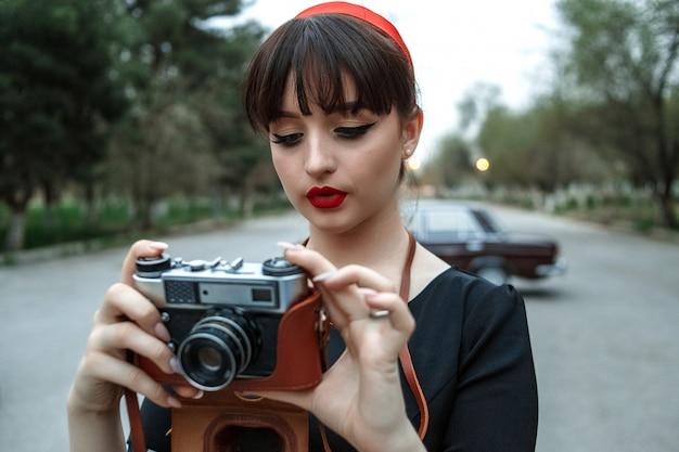 Porträt eines kaukasischen schönen jungen mädchens in einem schwarzen weinlesekleid