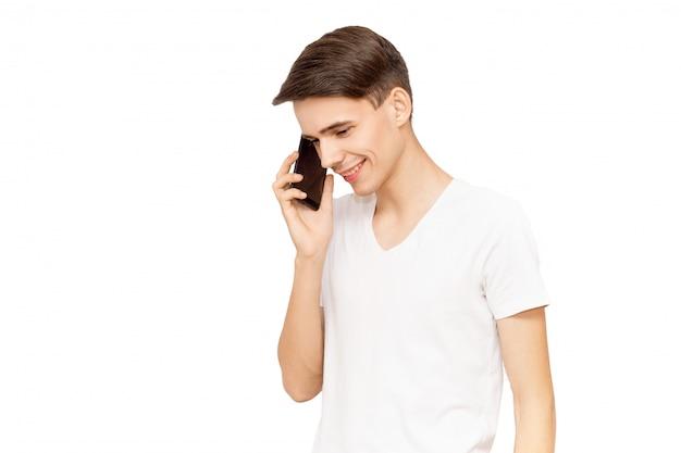 Porträt eines kerls, der am telefon, isolat, mann auf weißem hintergrund spricht