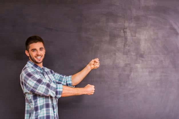 Porträt eines kerls, drücken ihre gefühle auf grauem hintergrund aus
