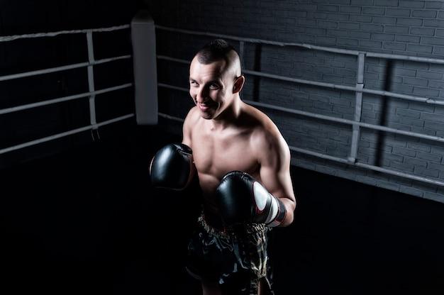 Porträt eines kickboxers, der einen gegner im ring besetzt