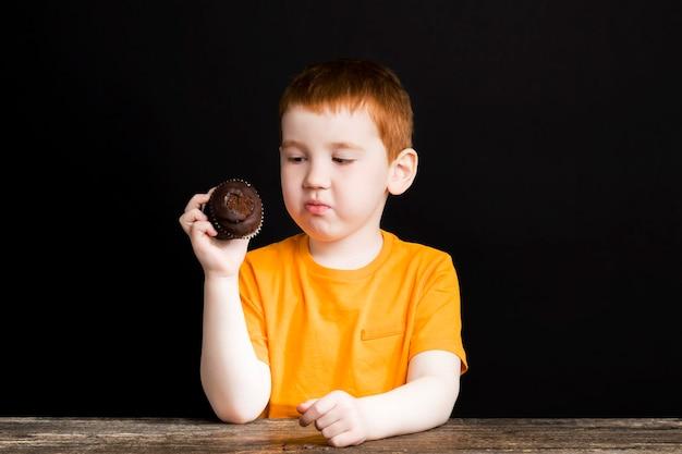 Porträt eines kindes mit kuchen
