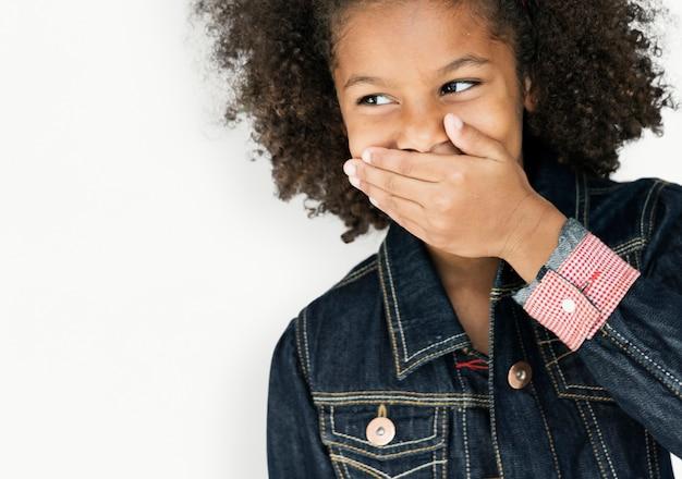 Porträt eines kleinen afroamerikanischen abfalls-mädchens lokalisiert
