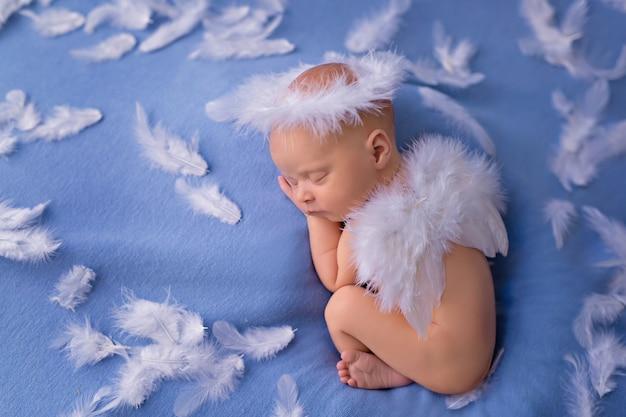 Porträt eines kleinen engelsbabys