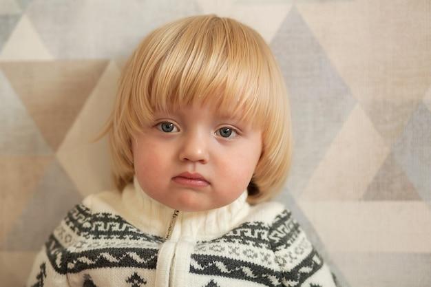 Porträt eines kleinen jungen in einem warmen pullover