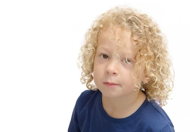 Porträt eines kleinen jungen mit dem blonden gelockten haar