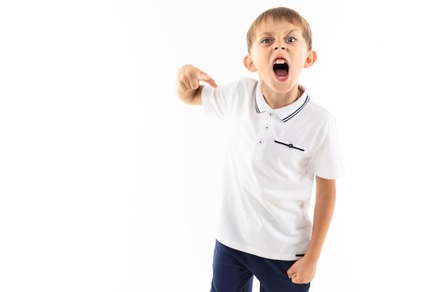Porträt eines kleinen kaukasischen jungen schreit