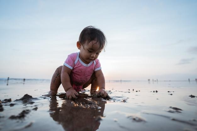 Porträt eines kleinen mädchens, das genießt, einen urlaub am strand zu spielen