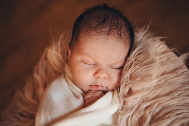 Porträt eines kleinen mädchens: gesichtsnahaufnahme des babys