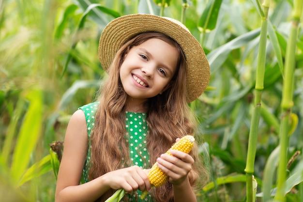 Porträt eines kleinen mädchens in einem feld mit mais
