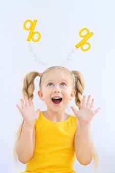 Porträt eines kleinen mädchens in einem stirnband mit prozenten darauf