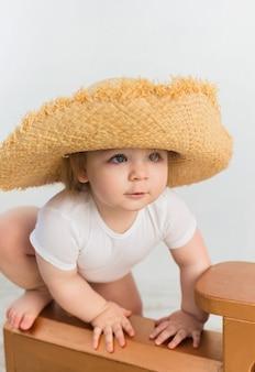 Porträt eines kleinen mädchens in einem strohhut