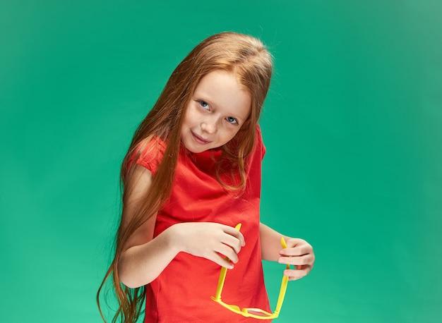 Porträt eines kleinen mädchens mit roten haaren