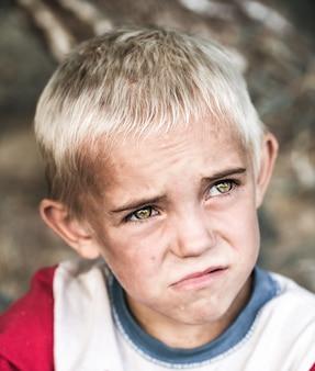 Porträt eines kleinen obdachlosen jungen