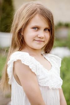 Porträt eines kleinen schönen mädchens mit fließendem haar