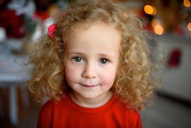 Porträt eines kleinen schönen mädchens mit lockigem haar