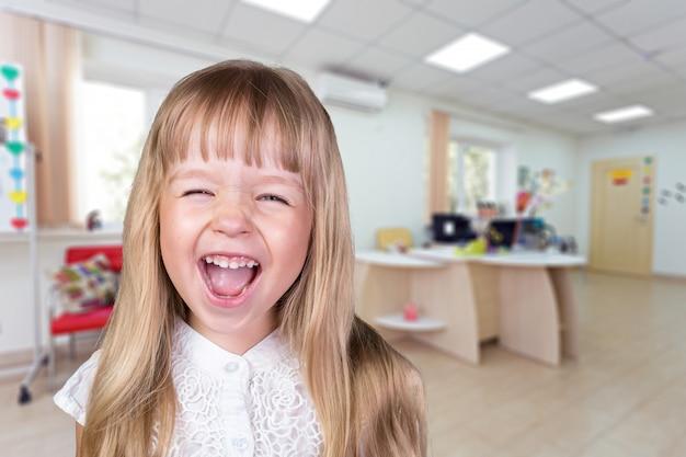 Porträt eines kleinen schulmädchens in einer klasse