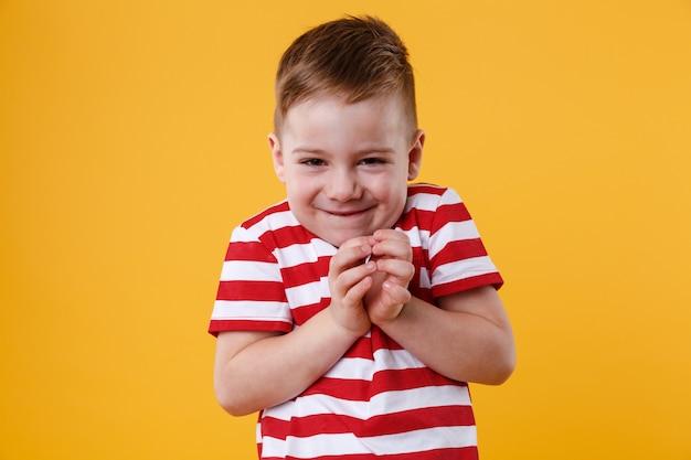 Porträt eines klugen kleinen jungen, der etwas vorhat