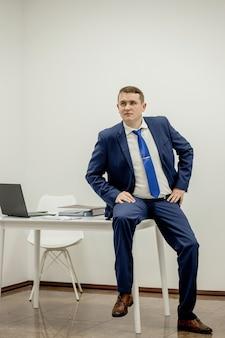 Porträt eines konzentrierten anwalts, der am arbeitsplatz mit dokumenten im büro arbeitet.