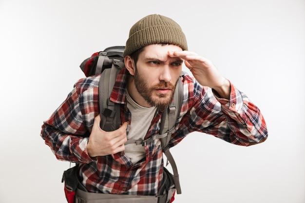 Porträt eines konzentrierten bärtigen mannes