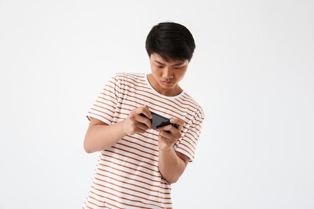 Porträt eines konzentrierten jungen asiatischen mannes