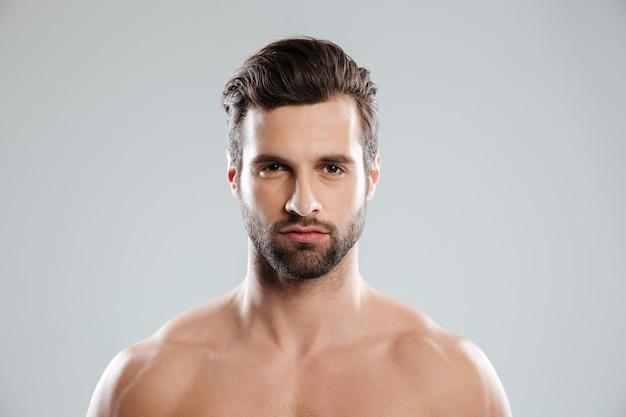 Porträt eines konzentrierten jungen bärtigen mannes