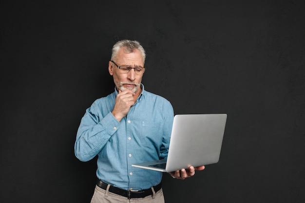 Porträt eines konzentrierten reifen mannes im hemd gekleidet
