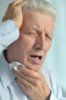 Porträt eines kranken älteren mannes, der unter schmerzen leidet