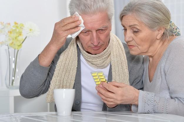 Porträt eines kranken älteren mannes und einer fürsorglichen frau