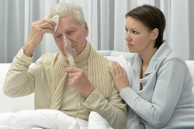 Porträt eines kranken älteren mannes und einer fürsorglichen tochter