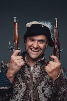 Porträt eines kranken freibeuters mit jacke und dreispitz, der pistolen hält.