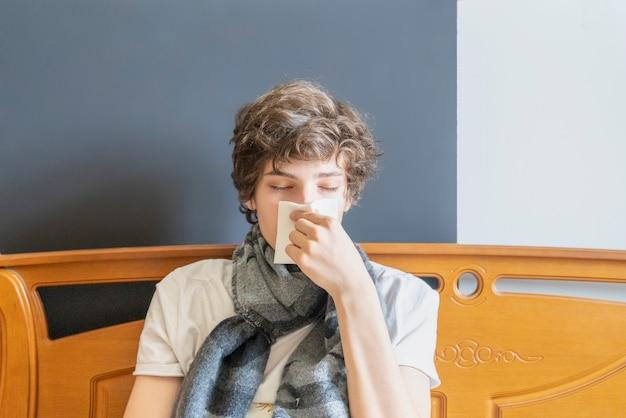Porträt eines kranken jungen mannes lag im bett und wurde behandelt