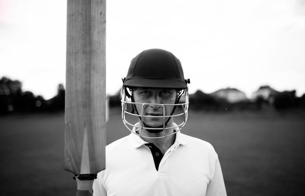 Porträt eines kricketspielers auf dem feld