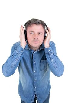 Porträt eines kühlen gutaussehenden mannes, der musik mit kopfhörern auf weiß hört